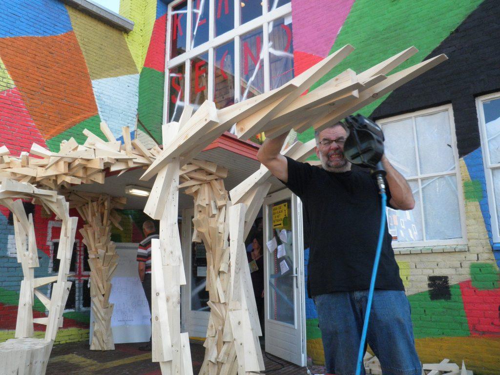 9-manifestatie-klassenkunst-wim-geurts-aan-het-werk-bij-de-ingang-van-de-bakelgeert-boxmeer-2010