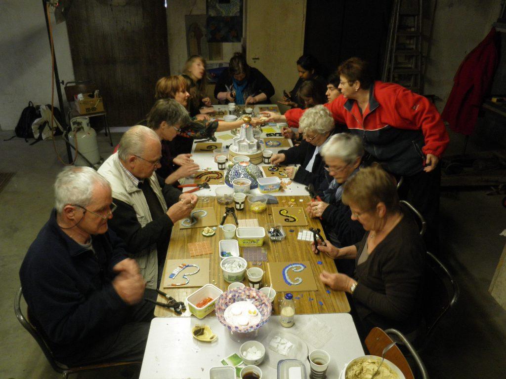 10-beatrixpark-mozaiek-workshop-voor-de-buurtbewoners-en-leerlingen-vgz-onderwijs-horst-ad-maas-april-2013