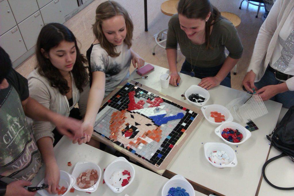 11-beatrixpark-leerlingen-vgz-onderwijs-mozaieken-hun-eigen-ontwerp-op-matjes-tijdens-de-les-horst-ad-maas-juni-2013