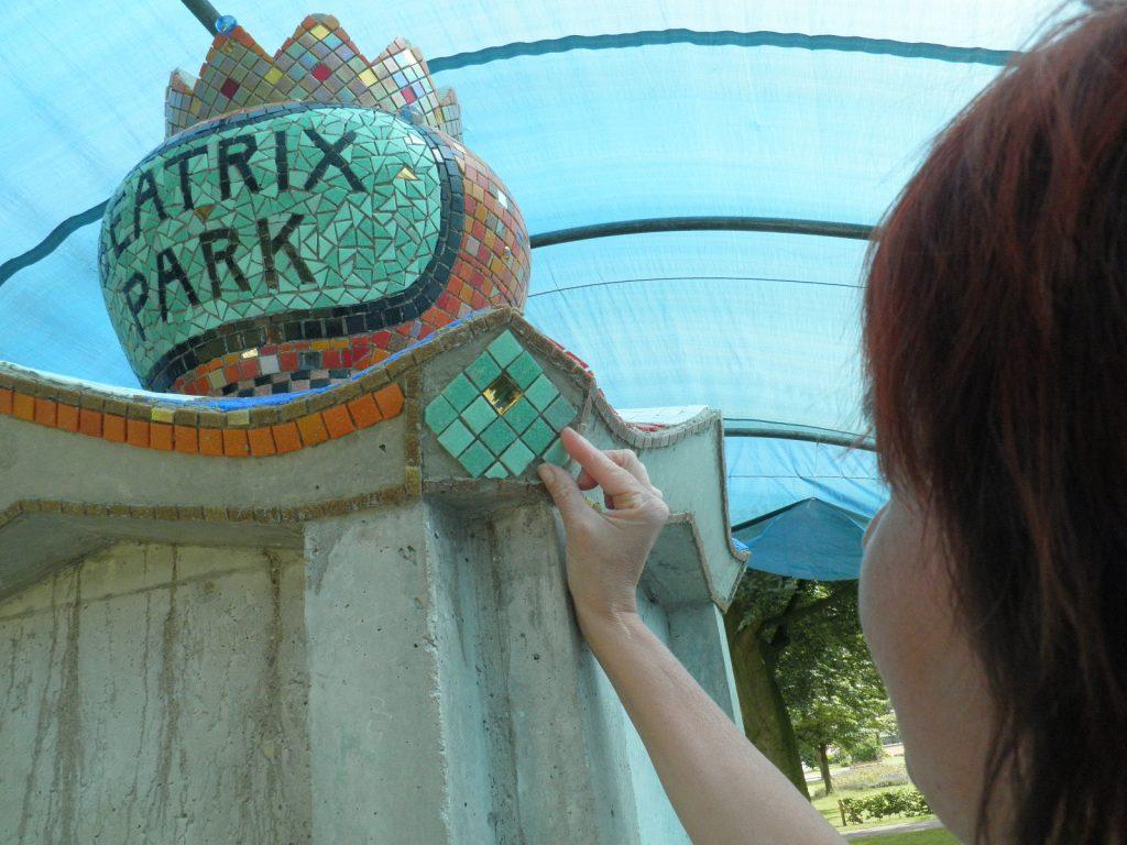 12-beatrixpark-het-begin-is-gemaakt-met-het-bekleden-van-de-troon-met-glasmozaiek-beatrixpark-horst-ad-maas-juli-2013