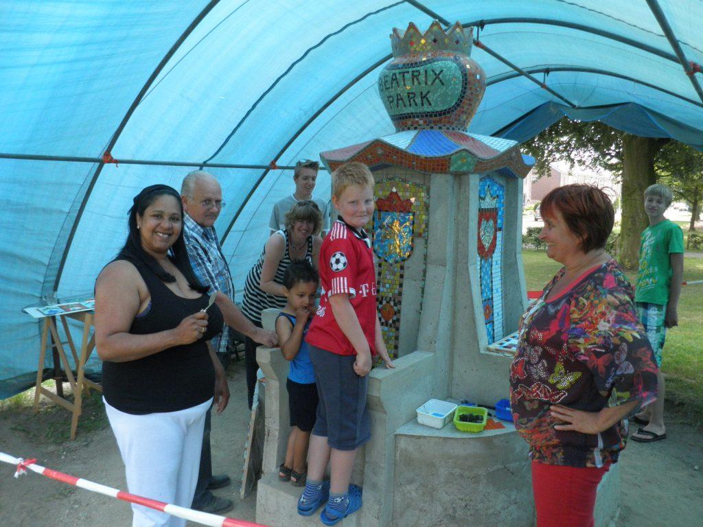14-beatrixpark-het-mozaieken-vd-troon-i-s-m-buurtbewoners-beatrixpark-horst-ad-maas-juli-2013