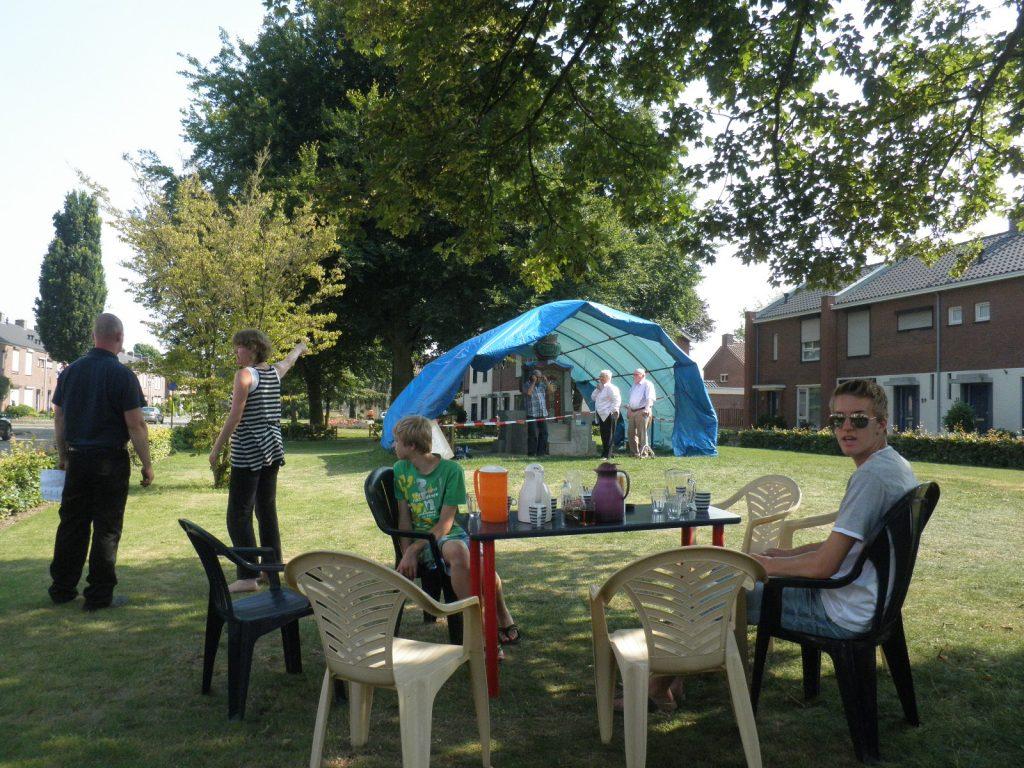 17-beatrixpark-buurten-bij-de-troon-tijdens-het-mozaieken-in-het-beatrixpark-horst-ad-maas-zomer-2013