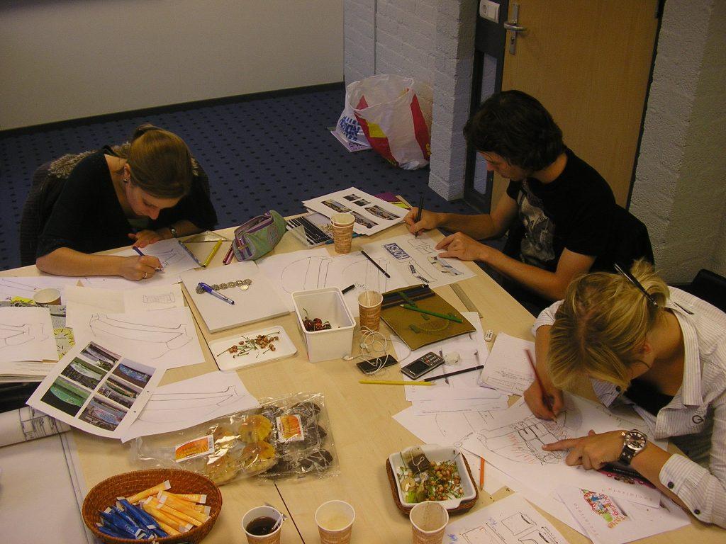 2-de-benkskes-jongerengroep-jambas-maakt-ontwerpen-voor-social-sofas-voor-de-gemeente-horst-ad-maas-2009
