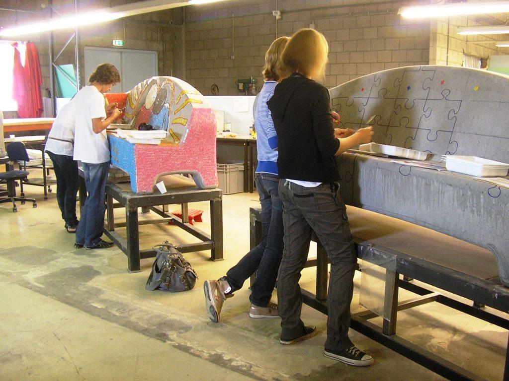 4-de-benkskes-de-jambas-dragen-een-steentje-bij-tijdens-de-excursie-naar-de-werkplaats-van-social-sofa-in-tilburg-2009
