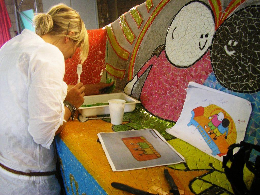 5-de-benkskes-de-jambas-dragen-een-steentje-bij-tijdens-de-excursie-naar-de-werkplaats-van-social-sofa-in-tilburg-2009